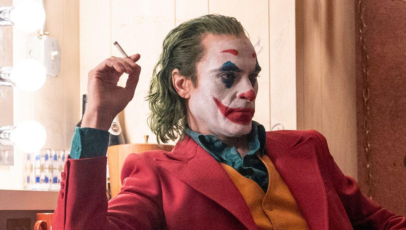 """Tytułową rolę w obsypanym nominacjami filmie """"Joker"""" gra Joaquin Phoenix, również nominowany do Oscara za najlepszą męską rolę pierwszoplanową (fot. Niko Tavernise/Warner Bros.)"""