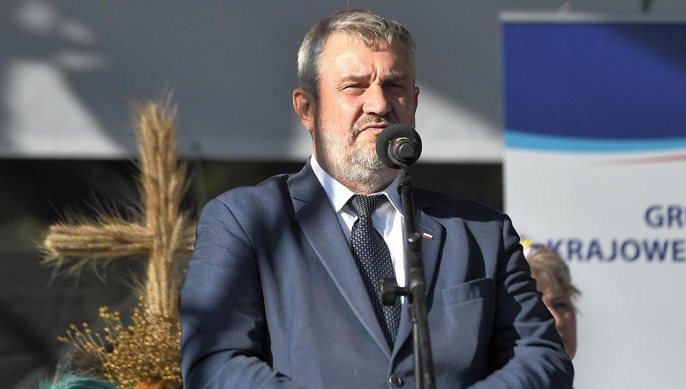 """Zastępca rzecznika PiS zadeklarował, że się nie zgadza z ministrem ws. """"Piątki dla zwierząt"""" (fot. PAP/Marcin Gadomski)"""