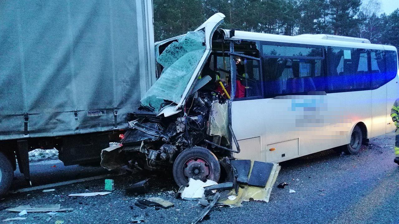 Ranni zostali pasażerowie i kierowca autobusu (fot. Policja)