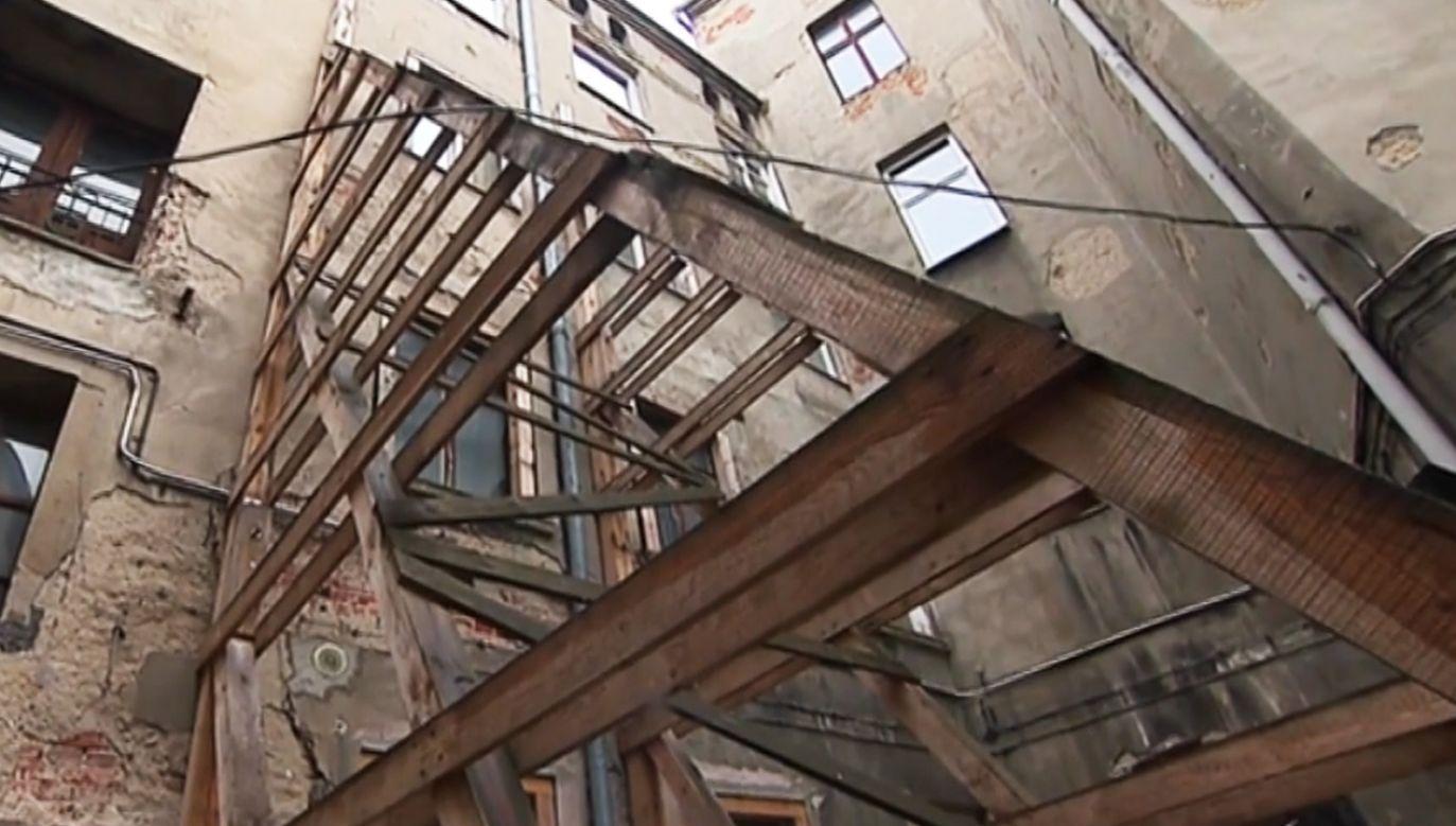 Lokatorzy zapowiadają, że pozostaną w swoich mieszkaniach (fot. TVP Info)