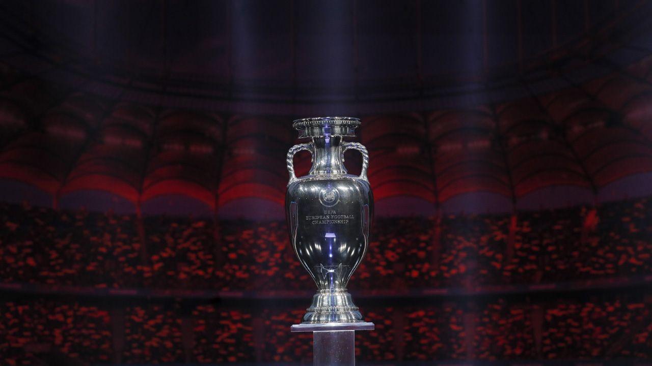 Puchar dla zwycięzcy Euro 2020 (fot. PAP/EPA/ROBERT GHEMENT)