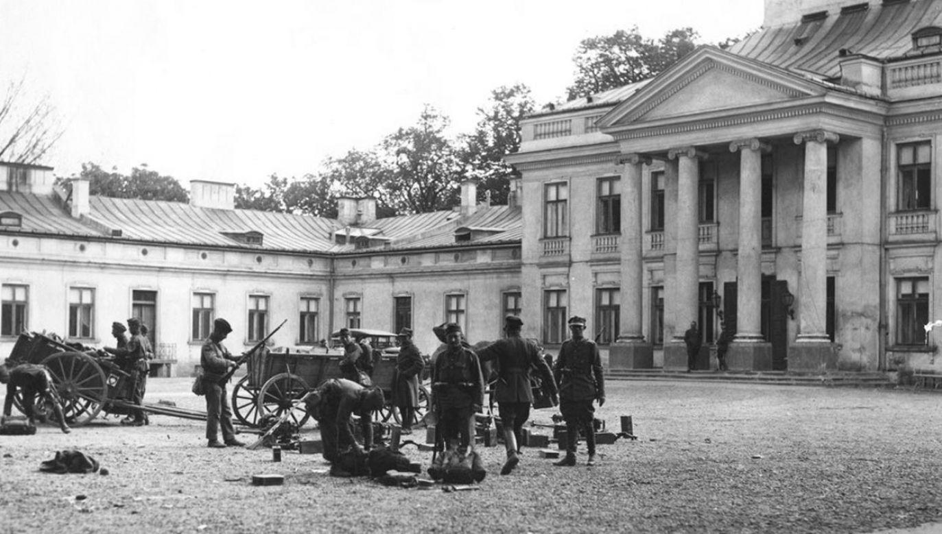 Żołnierze marszałka Józefa Piłsudskiego na placu przed Belwederem (fot. Narodowe Archiwum Cyfrowe)