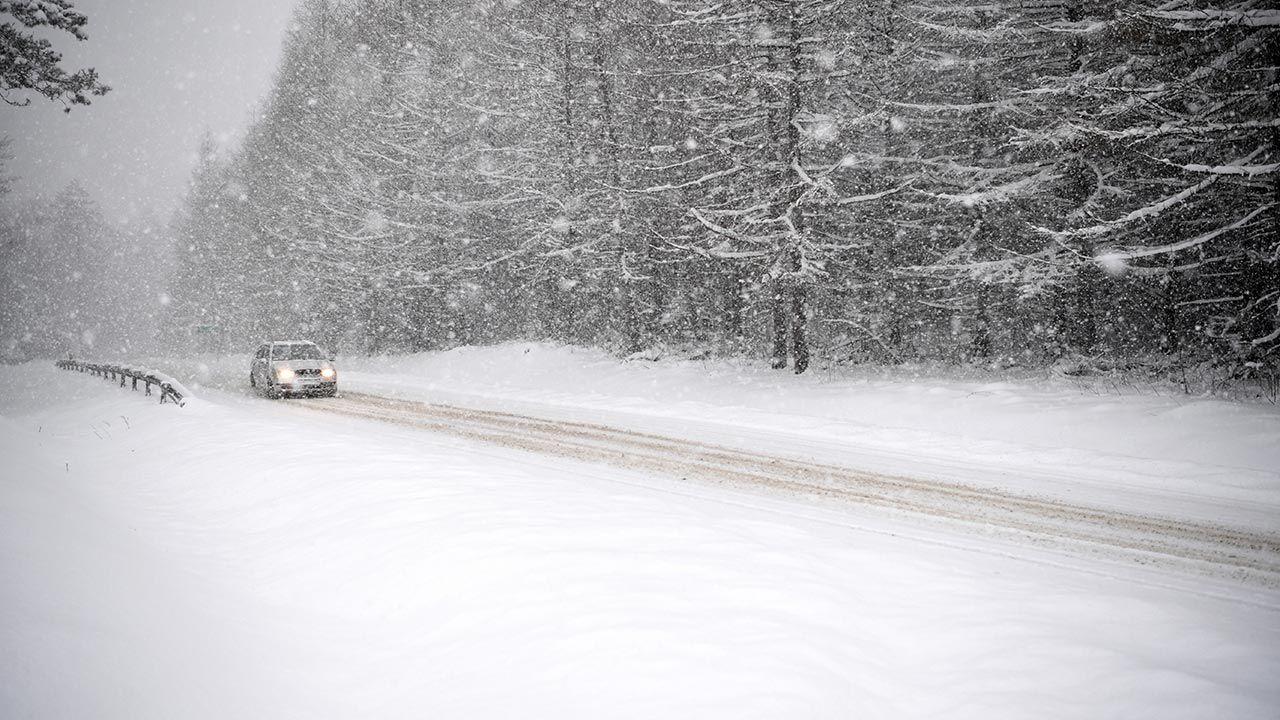 Temperatura spadnie poniżej 0 st. C. i drogi będą bardzo śliskie (fot.  PAP/Darek Delmanowicz)