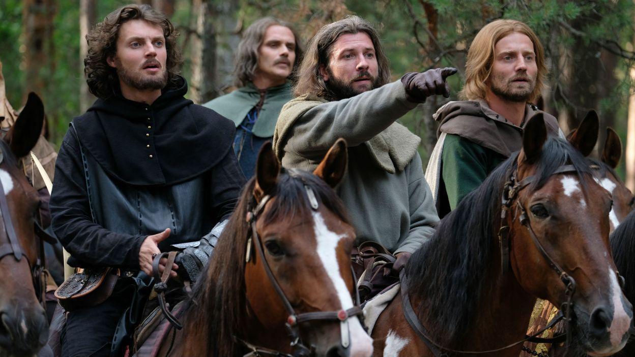 Kazimierz udaje się na polowanie z Olgierdem, który próbuje mu dorównać (fot. TVP)