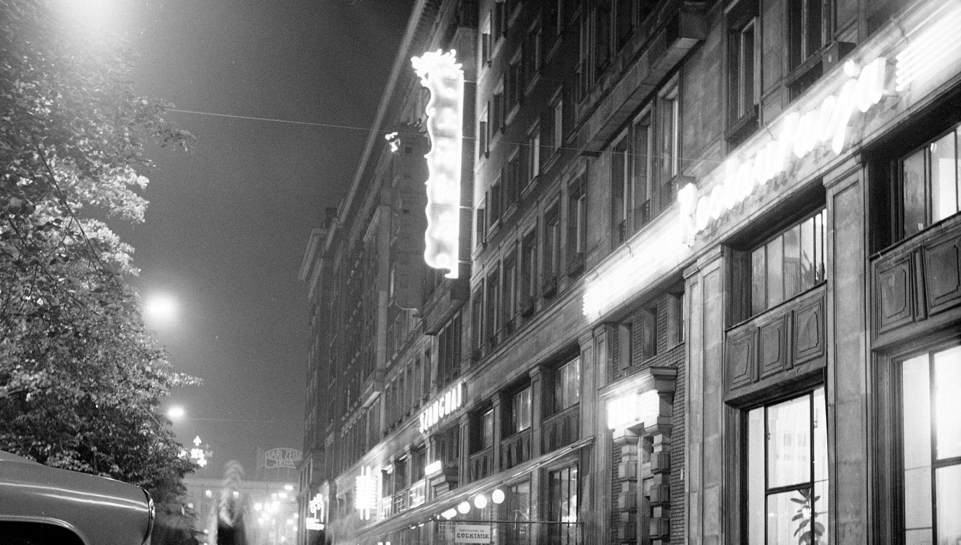 """Neony restauracji """"Szanghaj"""" przy ul. Marszałkowskiej w Warszawie, 1971 rok. Fot. NAC/Archiwum Grażyny Rutowskiej, sygn. 40-W-168-22"""