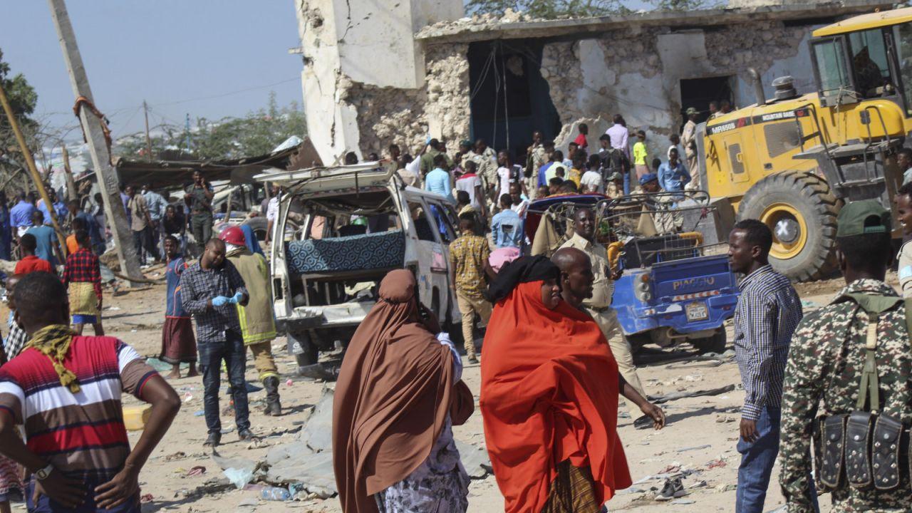 Ciężarówka z materiałami wybuchowymi eksplodowała w zatłoczonym punkcie kontrolnym (fot. PAP/EPA/SAID YUSUF WARSAME)