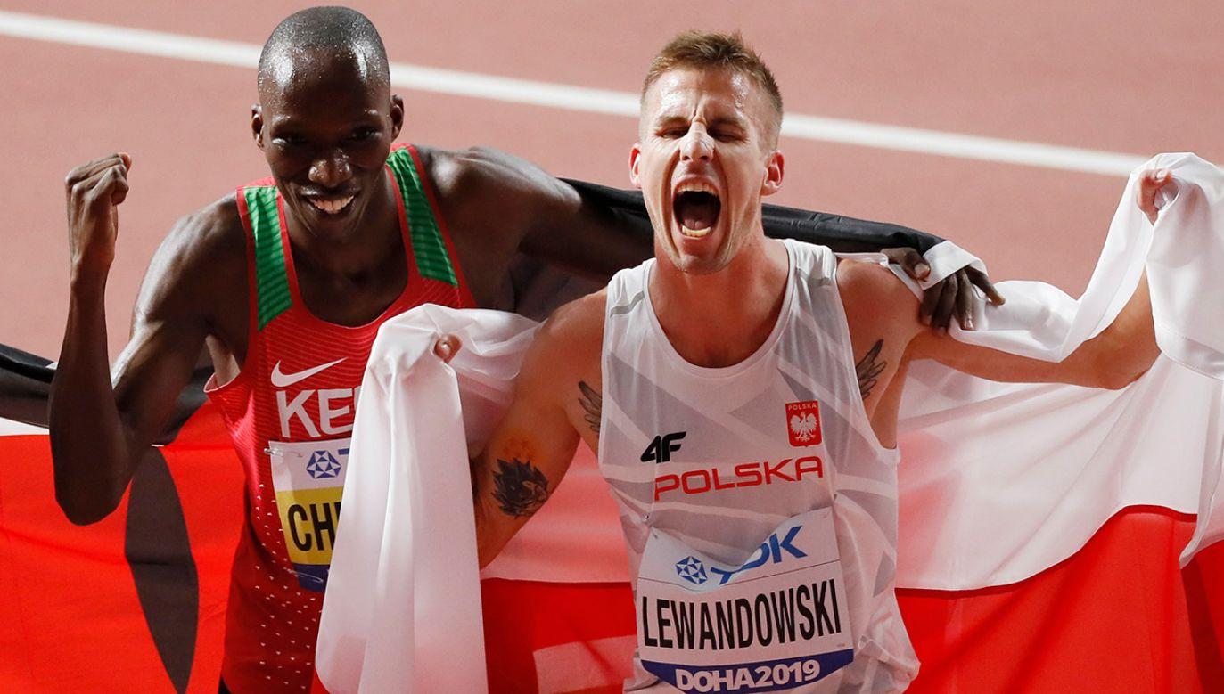 Brązowy medalista Marcin Lewandowski z Polski i złoty medalista Timothy Cheruiyot z Kenii świętują po 1500m finale mężczyzn podczas Mistrzostw Świata w Lekkoatletyce IAAF 2019 (fot. PAP/EPA/ROBERT GHEMENT)