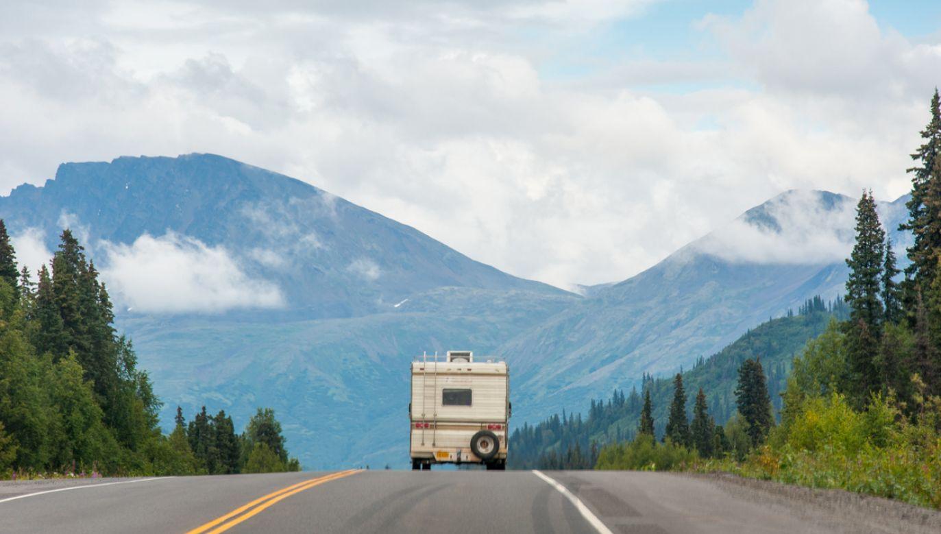 Ciała znaleziono przy drodze prowadzącej na Alaskę (zdjęcie ilustracyjne; fot. Edwin Remsburg/VW Pics via Getty Images)