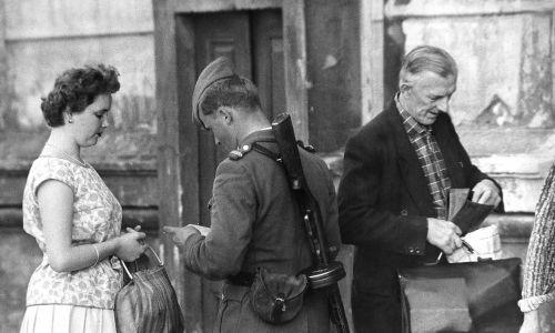 NRD, Berlin po wschodniej stronie. Ludzie mieszkający w pobliżu granicy kontrolowani przez wschodnioniemieckich policjantów (VOPO), przed wejściem do swoich domów. 30.08.1961 Fot. von der Becke / ullstein bild via Getty Images