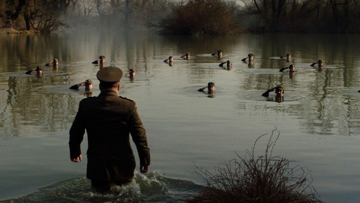 Jednym z bohaterów jest generał, który zastanawia się nad popełnieniem samobójstwa (fot. TVP)