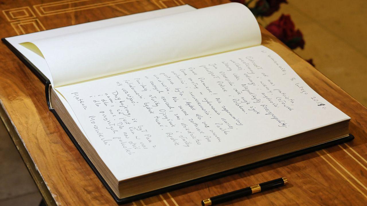 Premier Mateusz Morawiecki wpisał się do księgi kondolencyjnej, wystawionej w KPRM po śmierci Jana Olszewskiego (fot. PAP/Paweł Supernak)