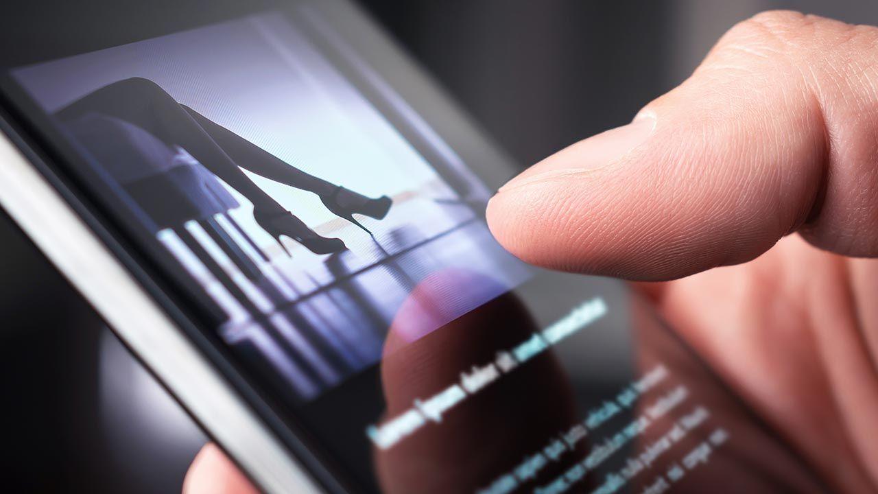 W telefonie 30-latka odnaleziono ponad 500 plików, w których znajdowały się treści pornograficzne (fot. Shutterstock/Tero Vesalainen)
