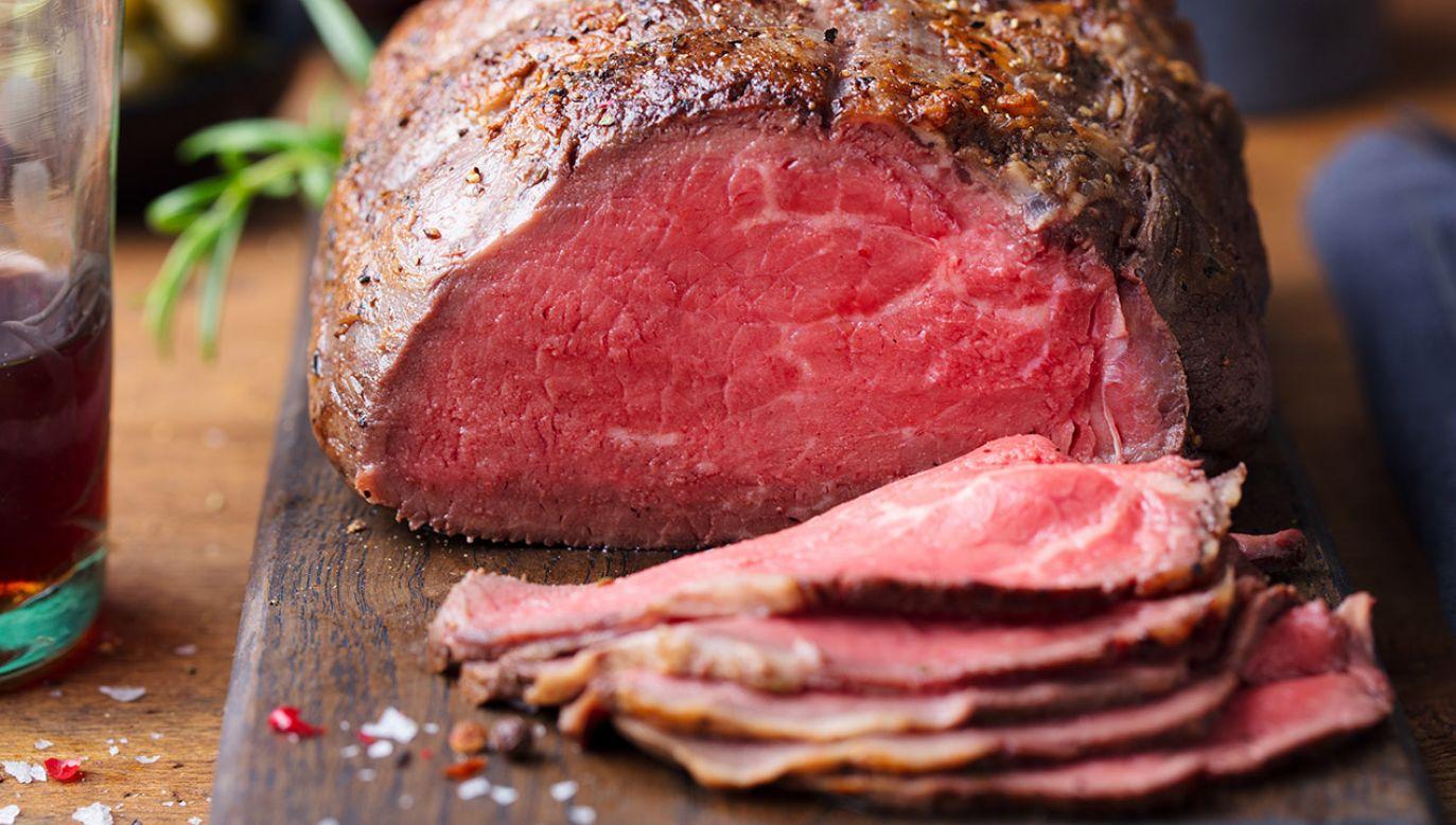 Zakaz serwowania dań z wołowiny wejdzie w życie od stycznia (fot. Shutterstock/Anna_Pustynnikova)