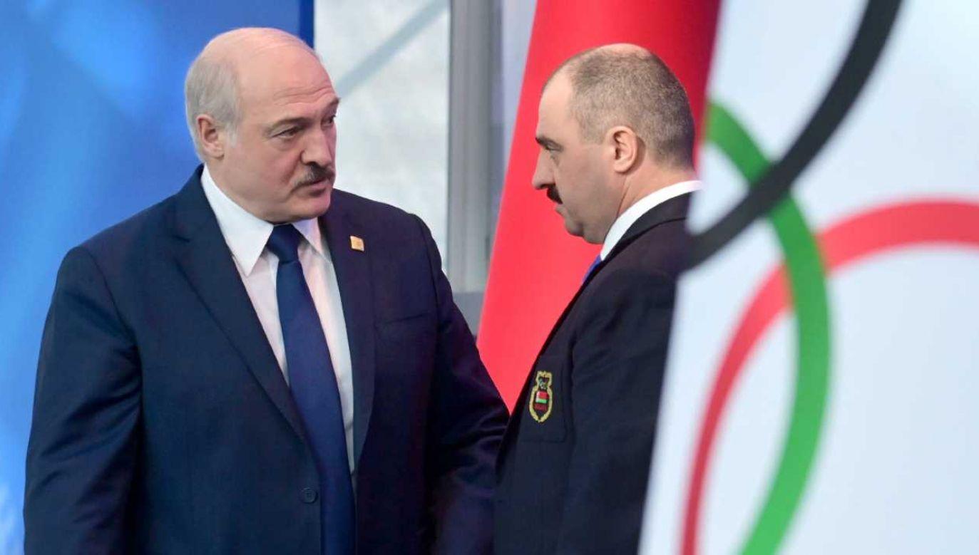 Wiktar Łukaszenka (z prawej) jest najstarszym synem Alaksandra Łukaszenki (fot. PAP/EPA/ANDREI STASEVICH / POOL)