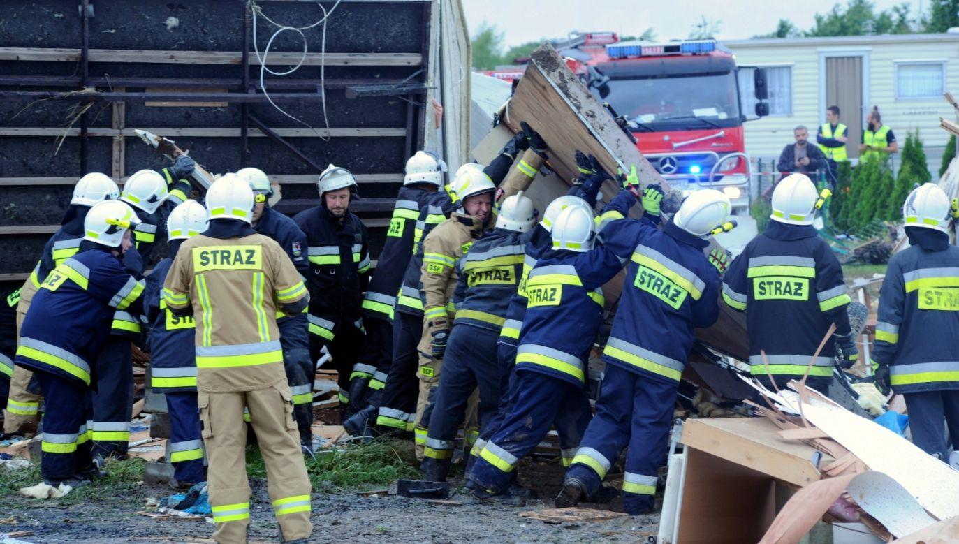 Do jednego z najpoważniejszych zdarzeń doszło w Ustroniu Morskim, gdzie trąba powietrzna zniszczyła część kompleksu wypoczynkowego składającego się z 70 domków holenderskich (fot.PAP/Marcin Bielecki)
