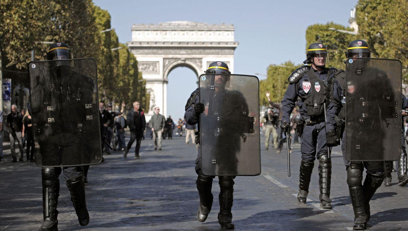 W związku z protestami w Paryżu rozmieszczono około 7,5 tys. funkcjonariuszy (fot. PAP/EPA/YOAN VALAT)