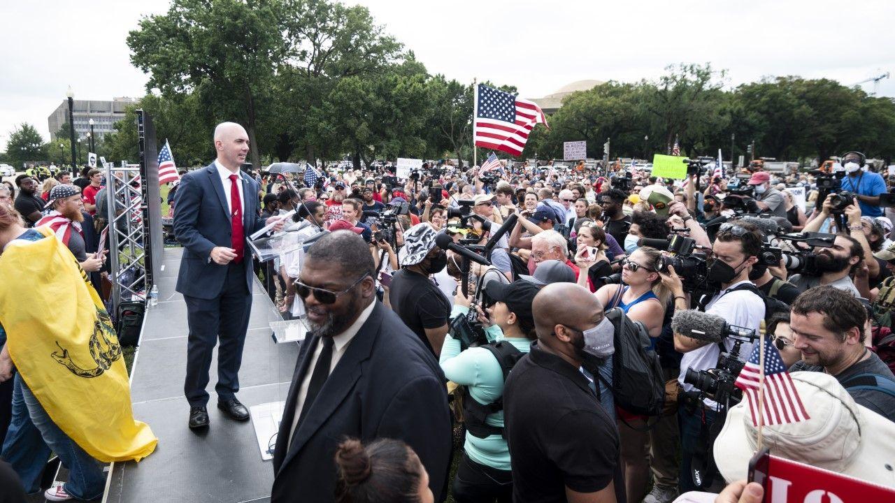 """Organizator protestu """"Sprawiedliwość dla 6 stycznia"""" przemawia do zebranych przed Kapitolem (fot. Bill Clark/CQ-Roll Call, Inc via Getty Images)"""