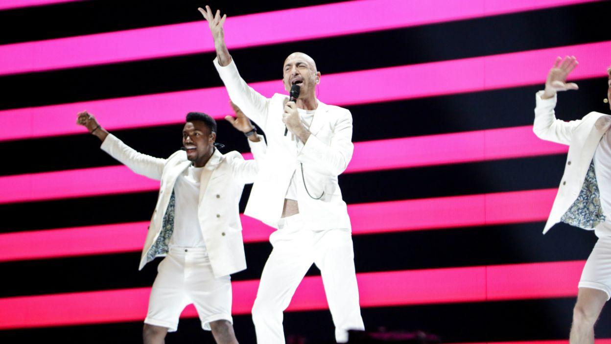 """Ostatni w stawce, ale nie w głosowaniu publiczności. Muzyk Serhat już po raz drugi reprezentował San Marino podczas Eurowizji, tym razem z lepszym wynikiem, ponieważ piosenka """"Say Na Na Na"""" zakwalifikowała się do finału (fot. Thomas Hanses/EBU)"""