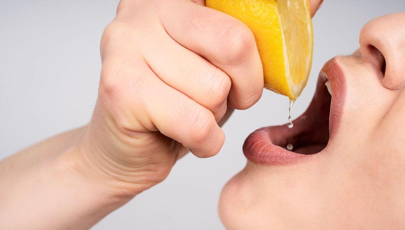 """Codziennie jedną cytrynę więcej? Niebezpieczne """"wyzwanie"""" w internecie (fot. Shutterstock/Colors United)"""