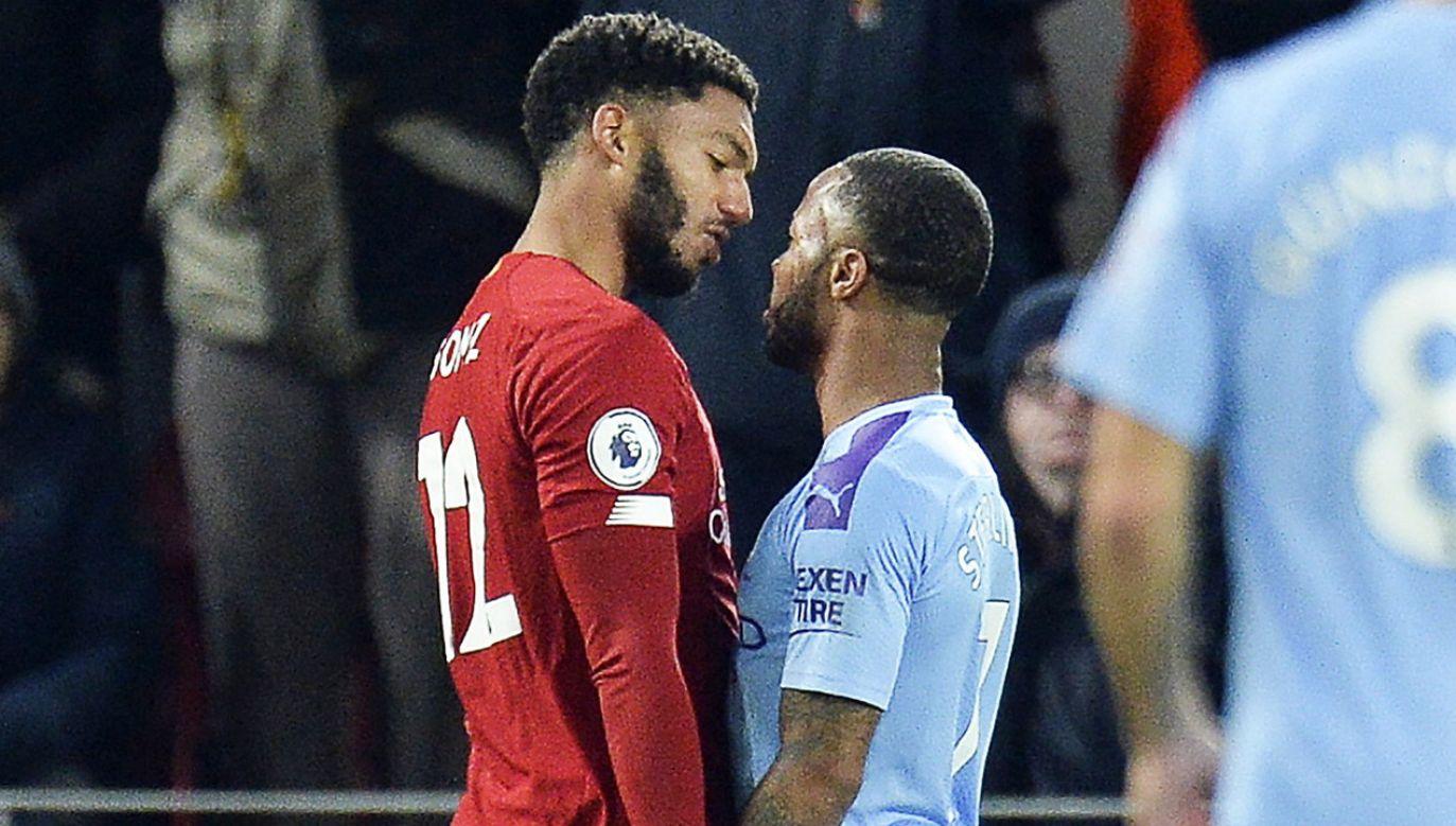 Sterling (z prawej) pokłócił się z Gomezem podczas meczu ligowego. Na zgrupowaniu w ruch poszły pięści. (fot. PAP/EPA/PETER POWELL)