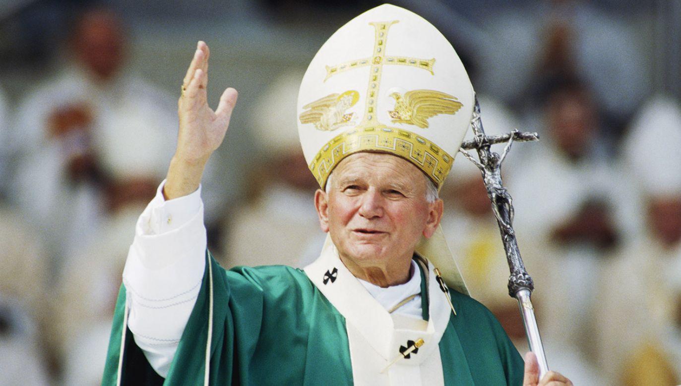 W uchwale podano, że św. Jan Paweł II był pierwszym papieżem, który odwiedził Litwę, a jego pielgrzymka w 1993 roku stała się wielkim wsparciem dla kraju (fot. HIERRY ORBAN/Sygma via Getty Images)