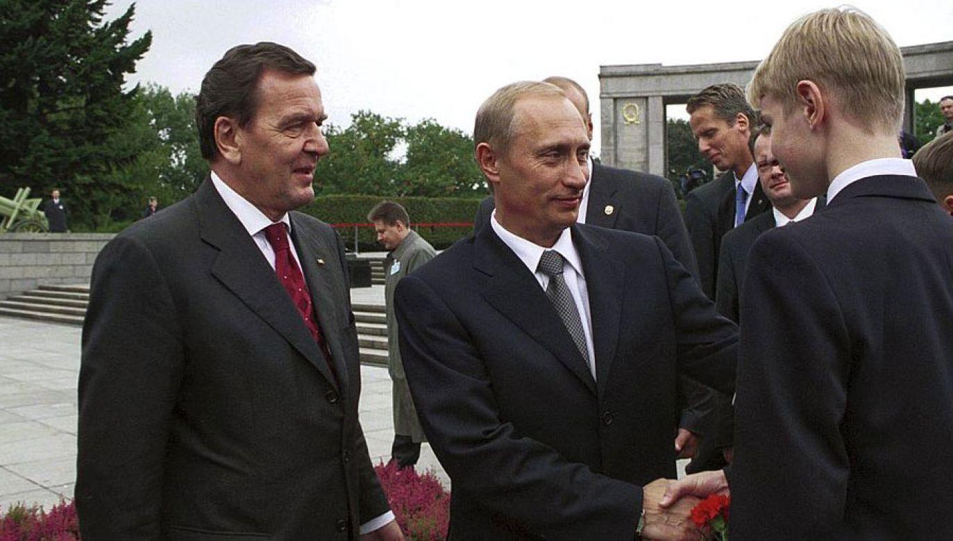 Od lewej: Gerhard Schroeder i Włądimir Putin w Berlinie, 25 września 2001 roku (fot. Patrick PIEL/Gamma-Rapho via Getty Images)