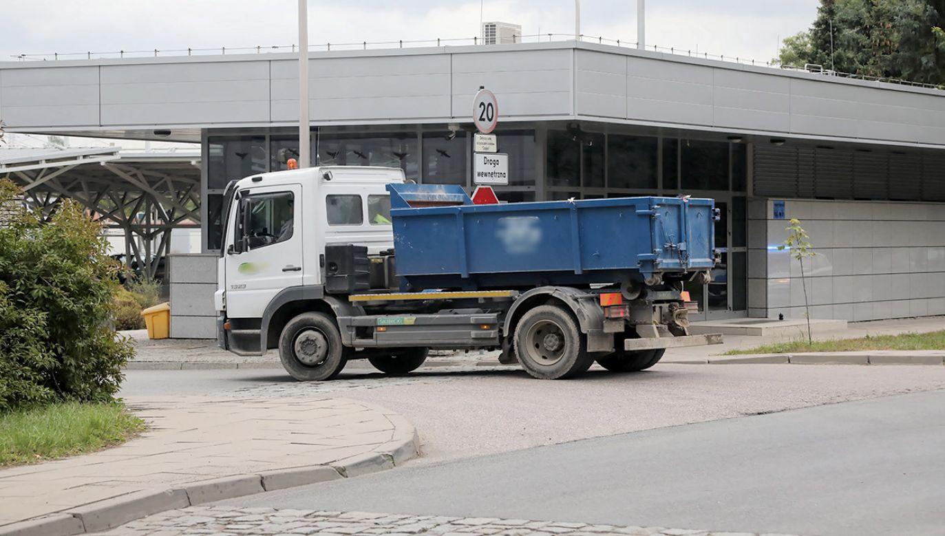 Ciężarówka wywożąca odpady z oczyszczalni ścieków Czajka, 21 bm. w Warszawie (fot. PAP/Piotr Mateusz)