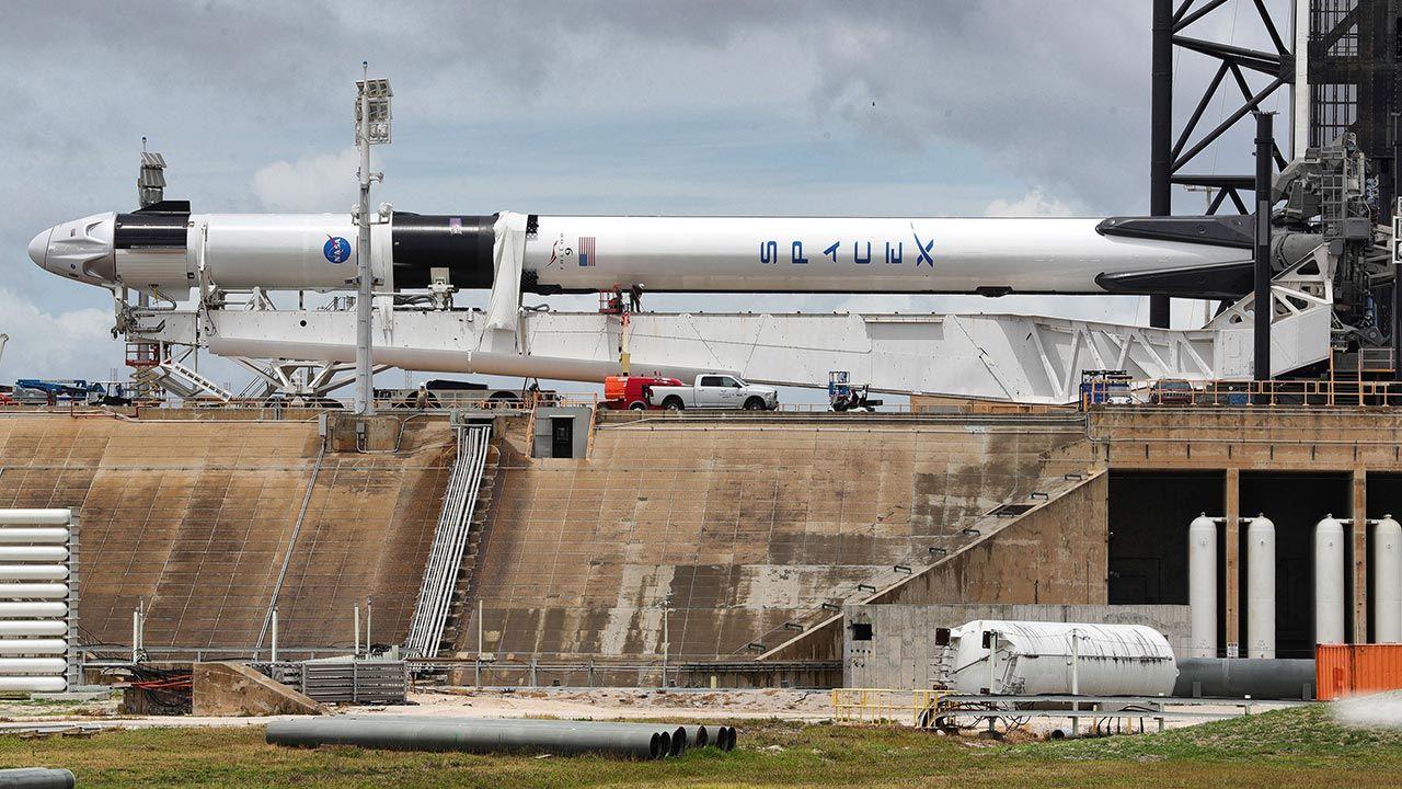 Kapsuła przelatywać będzie nisko nad horyzontem, około 10 stopni  (fot. Joe Burbank/Orlando Sentinel/Tribune News Service via Getty Images)