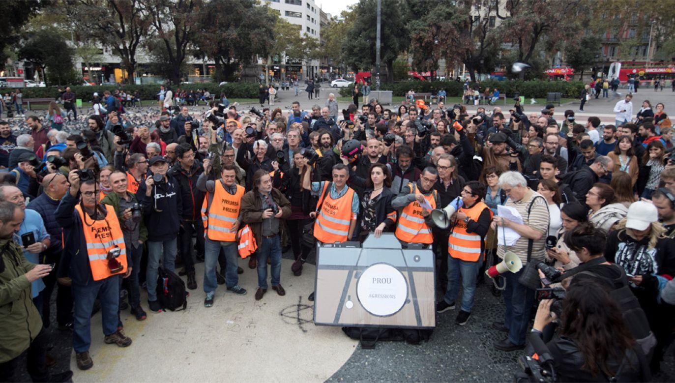 Dziennikarze są atakowani zarówno przez separatystów jak i przez policję (fot. PAP/EPA/Marta Perez)