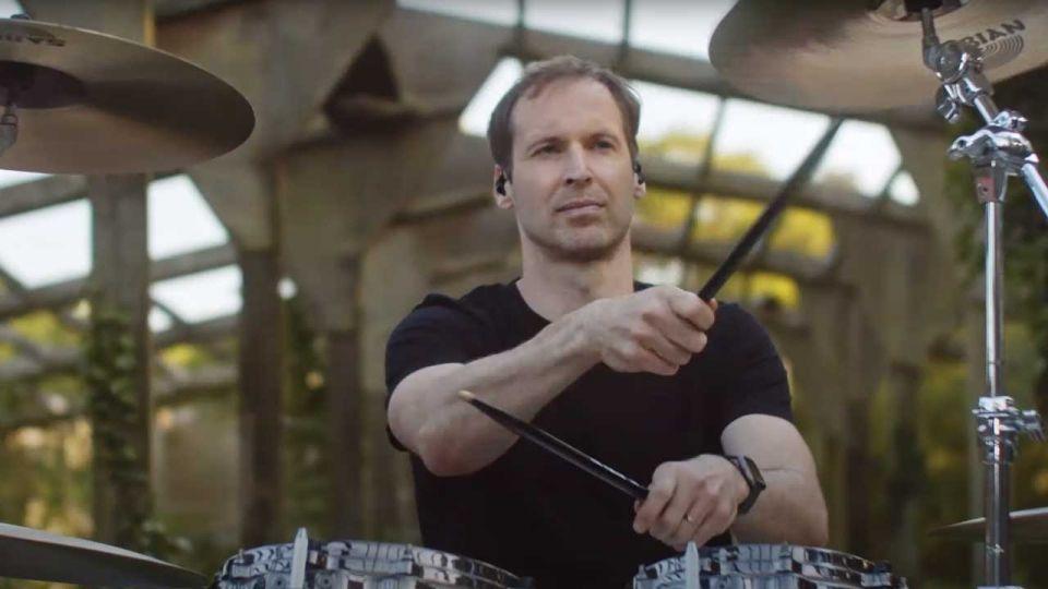 """Wielka Brytania: Petr Cech, były bramkarz Chelsea i Arsenalu, został perkusistą w zespole rockowym """"Wills & The Willing"""" wieszwiecej - tvp.info"""