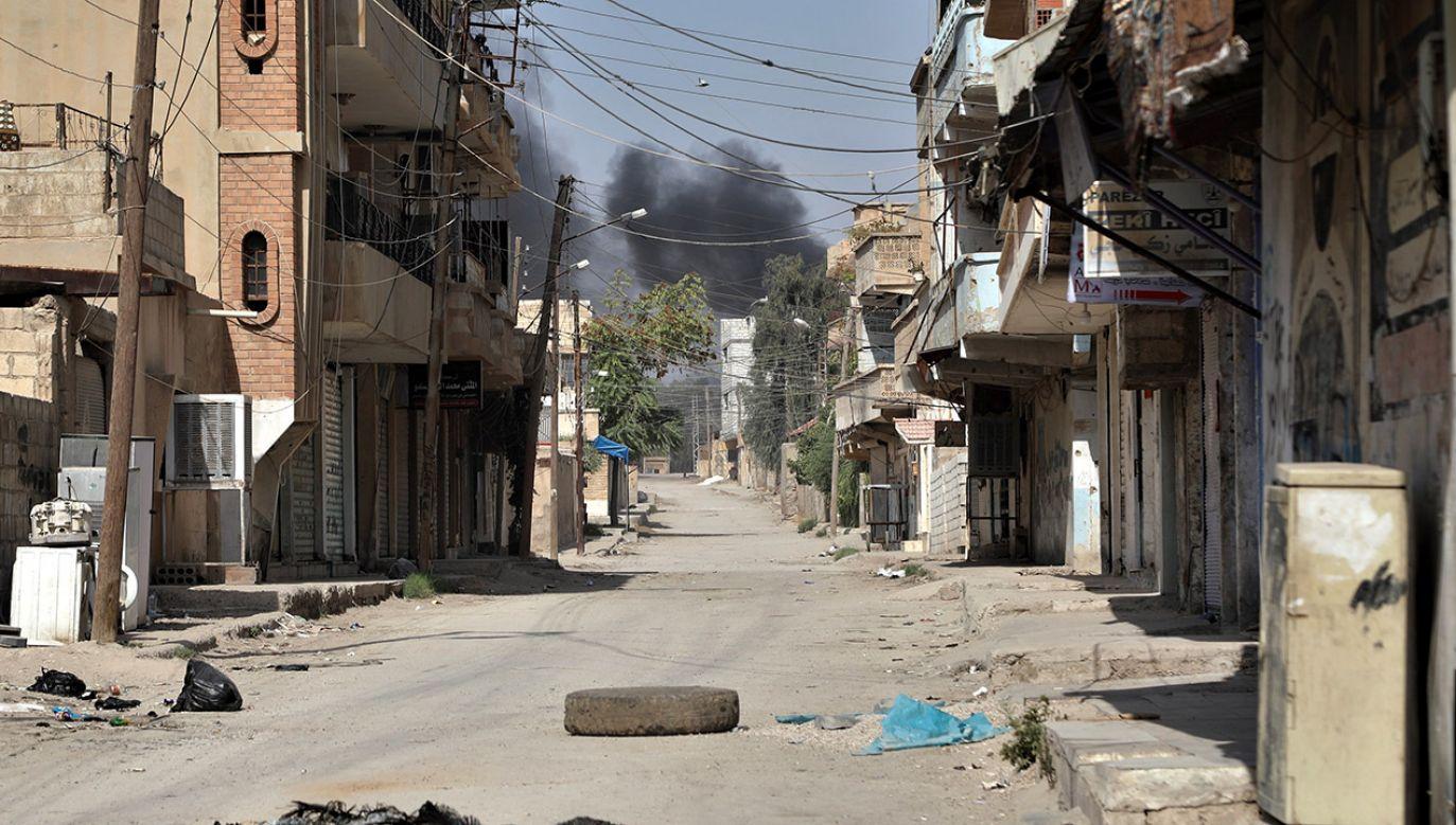 Coraz więcej uciekinierów tłoczy się w zbiorowych schronach przygotowanych w miastach Al-Hasaka i Tall Tamr, a wielu szuka schronienia w szkołach (fot. PAP/EPA/STRINGER)