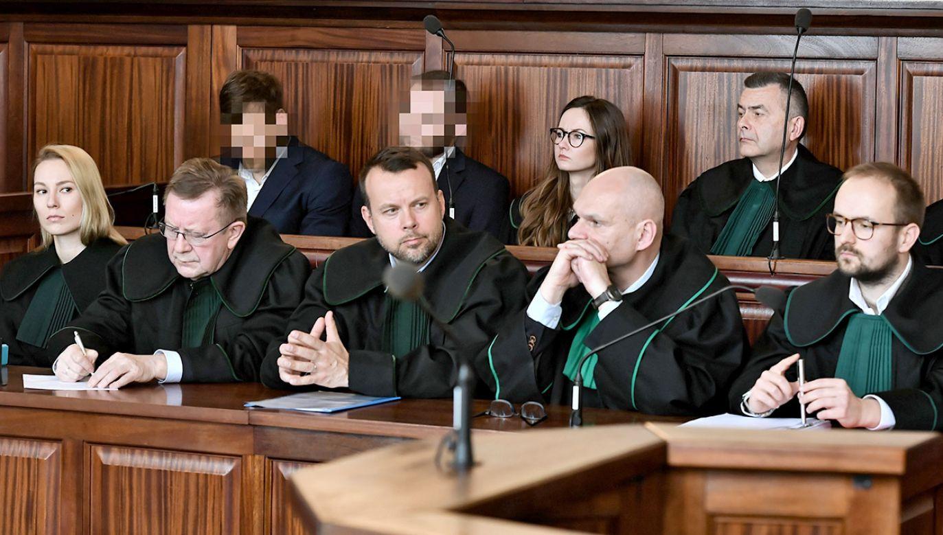 Dwóch z oskarżonych na sali Sądu Okręgowego we Wrocławiu (fot. PAP/Maciej Kulczyński)