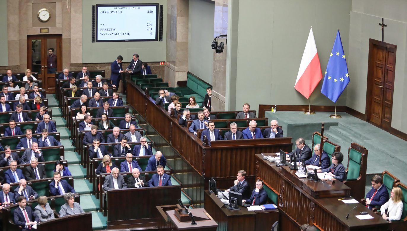 Posłowie podczas wznowionego,  pierwszego posiedzenia Sejmu w nowej kadencji (fot. PAP/Leszek)