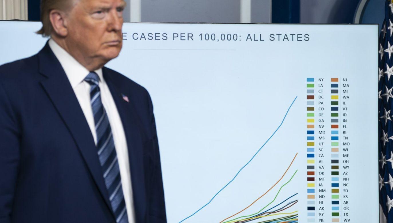 Prezydent Donald Trump w trakcie codziennego briefingu dot. epidemii (fot. Sarah Silbiger/Getty Images)