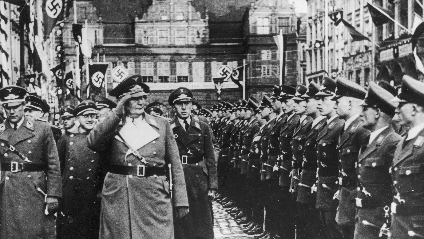 Hermann Goering przed frontem kompanii honorowej policji Wolnego Miasta Gdańska na Długim Targu w kwietniu 1935 roku. Fot. NAC/ IKC