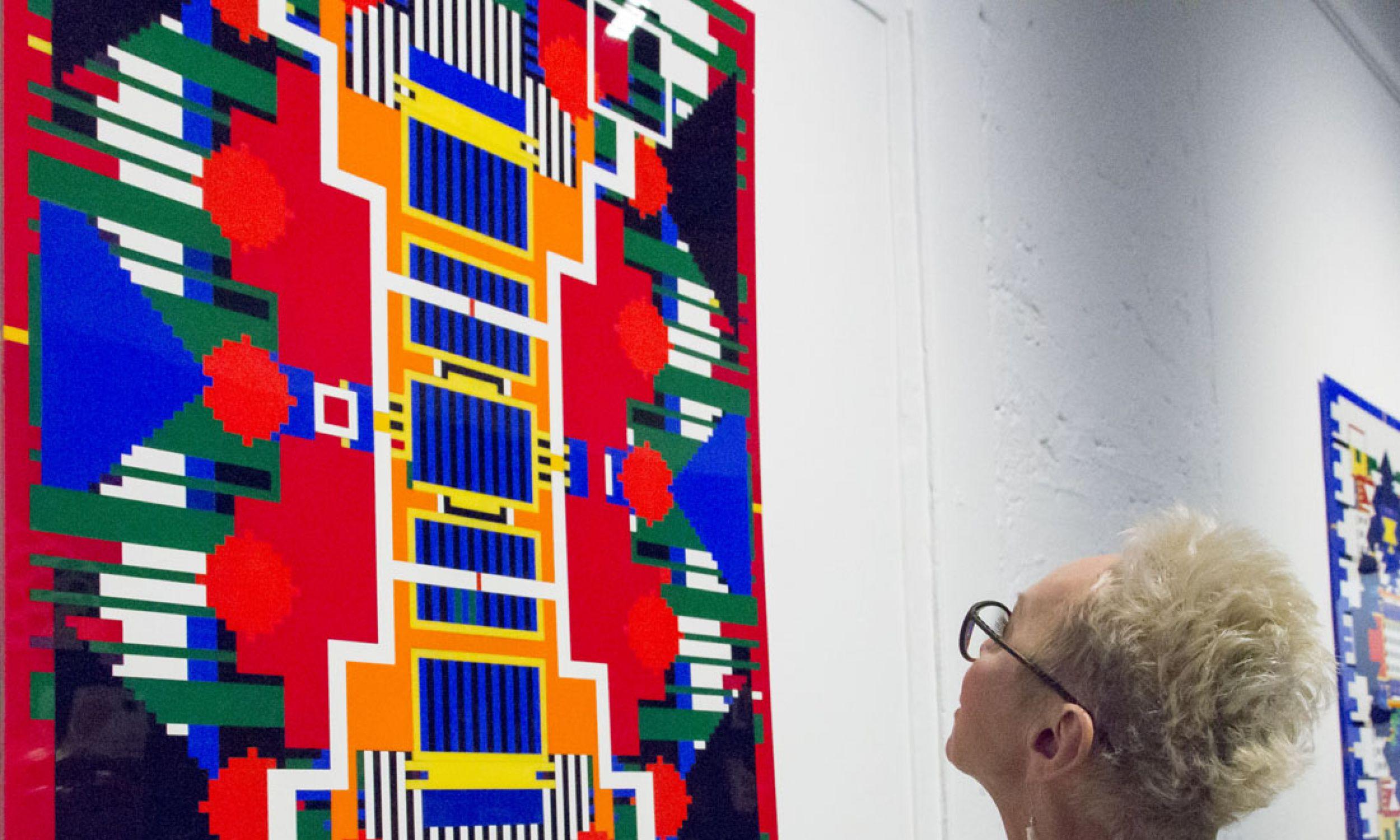 """Geometryczne wzory """"wyjęte"""" z tkanin z różnych kultur. Wystawa Janka Simona. Fot. Wanda Hansen"""