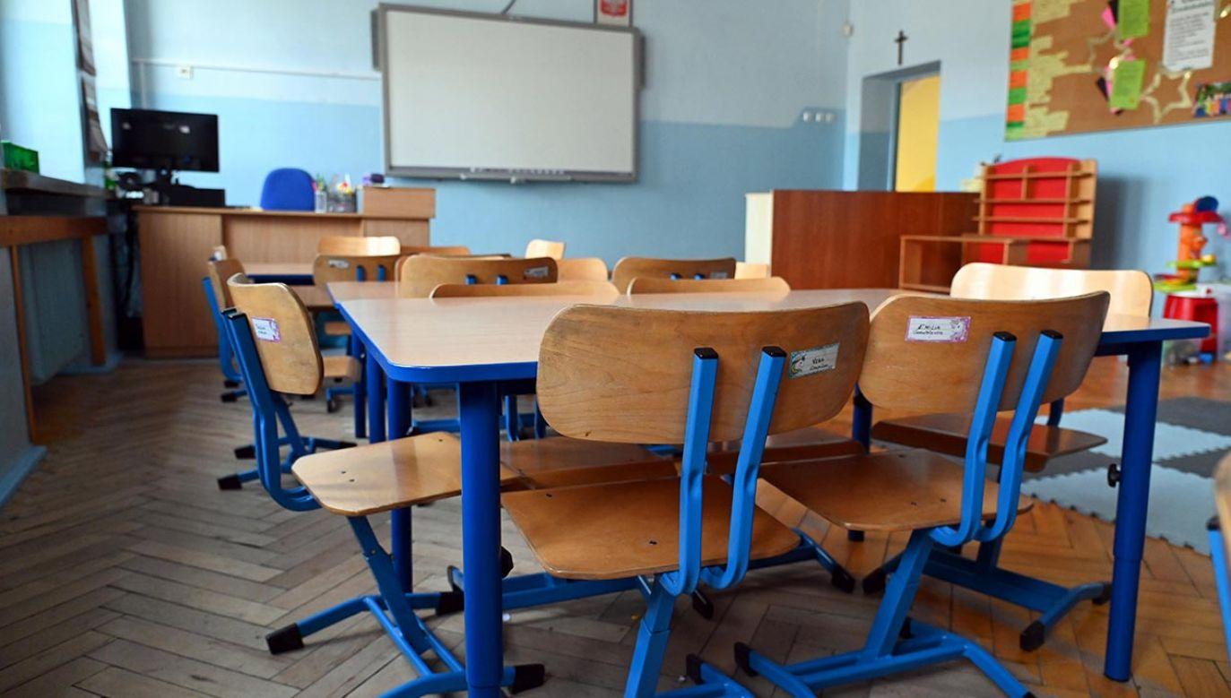 Co można zrobić, aby w roku szkolnym 2021/2022 uniknąć zamknięcia placówek edukacyjnych? (fot. PAP/Marcin Bielecki)