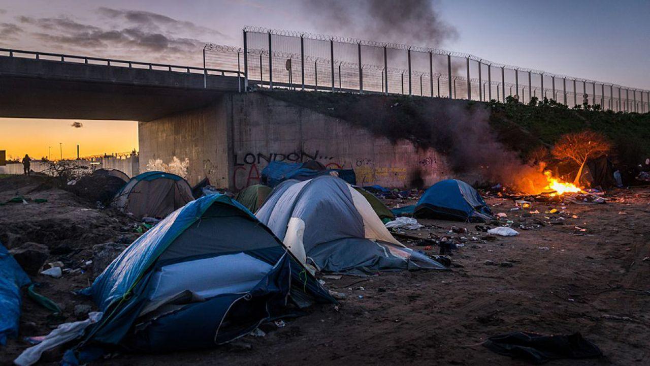 W dzikim obozie mieszka prawie 4 tys. migrantów. Władze chcą zmniejszyć tę liczbę o połowę (fot. Claire Thomas/Anadolu Agency/Getty Images)