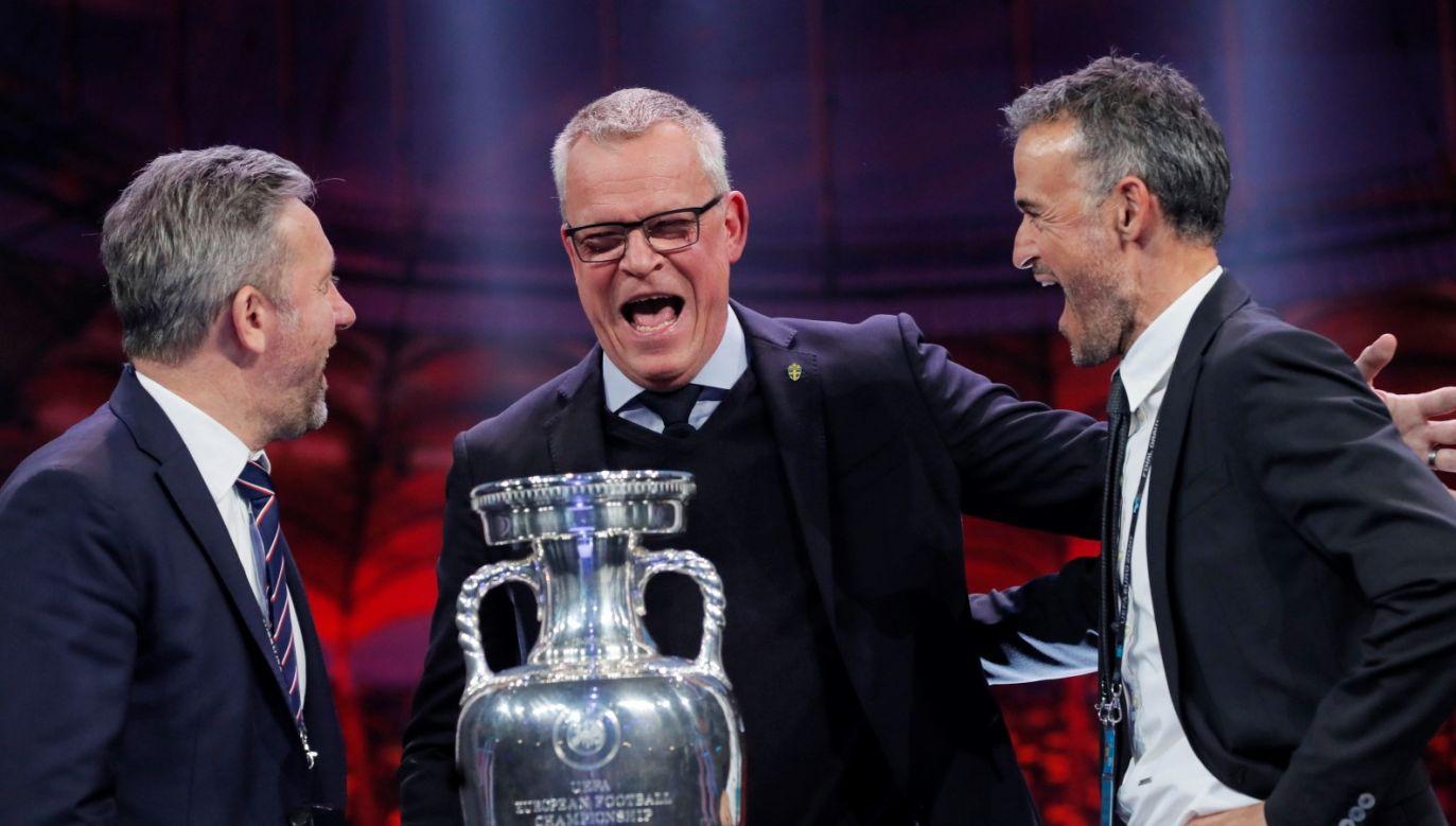 Jerzy Brzęczek (z lewej) oraz trener Szwedów  Jan Andersson i Hiszpanów Luis Enrique po losowaniu fazy grupowej Euro 2020 (fot. EPA/ROBERT GHEMENT)