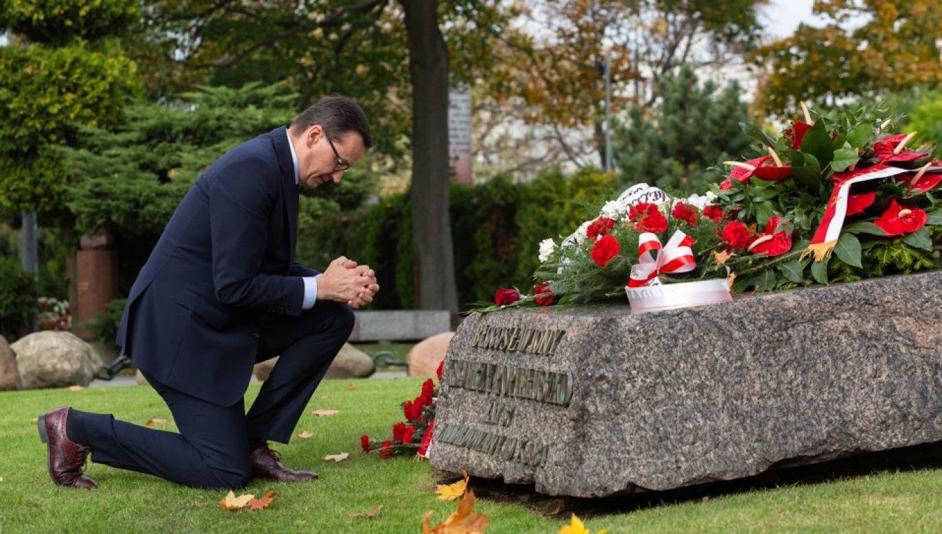 Premier Mateusz Morawiecki złożył wieniec na grobie ks. Popiełuszki (fot. Twitter/Kancelaria Premiera)