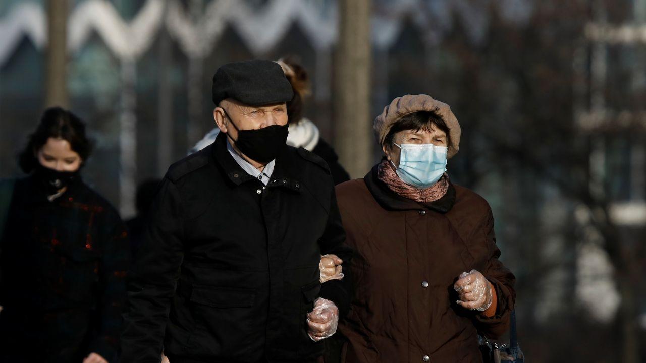 Obowiązuje nakaz zakrywania nosa i ust wyłącznie maseczką (fot. Reuters)