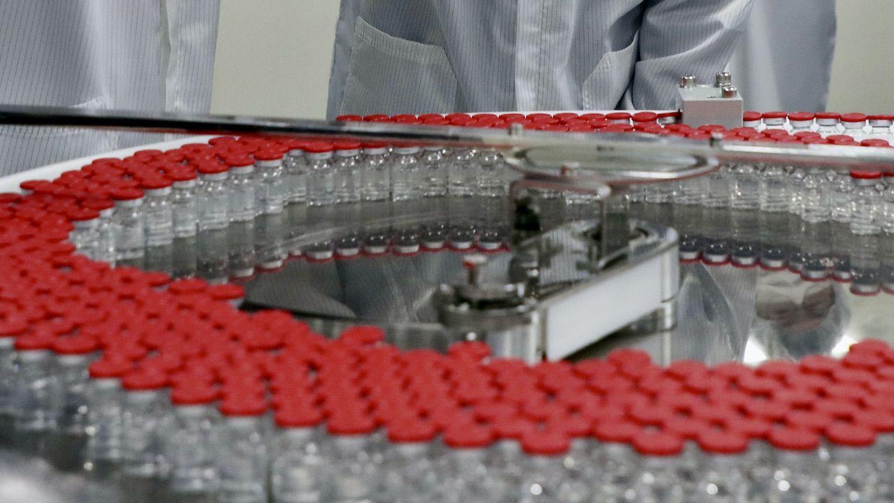 Pfizer i BioNTEch spowolniły dostawy szczepionek (fot. PAP/EPA, zdjęcie ilustracyjne)