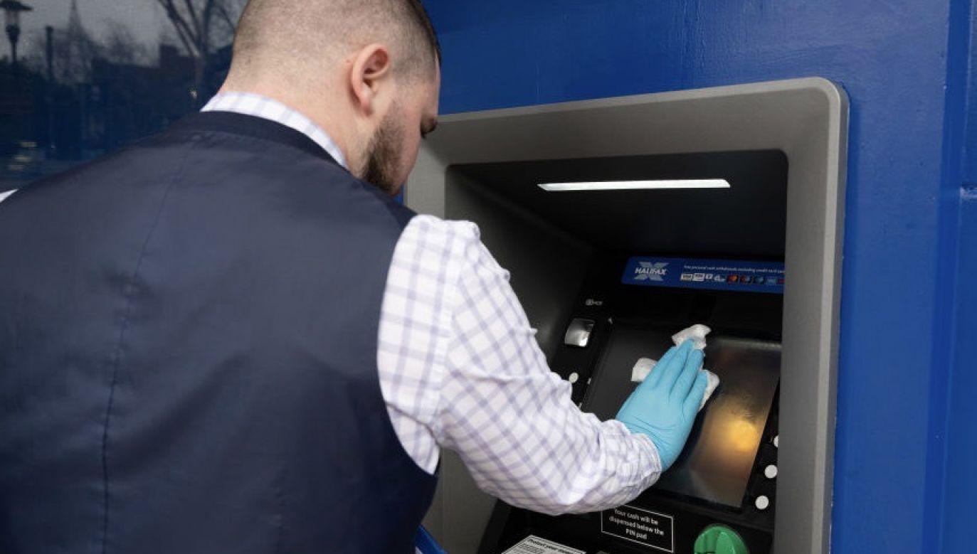 Polacy tuż przed i po lockdownie wyciągnęli z kont ogromne kwoty pieniędzy (fot. Matthew Horwood/Getty Images)