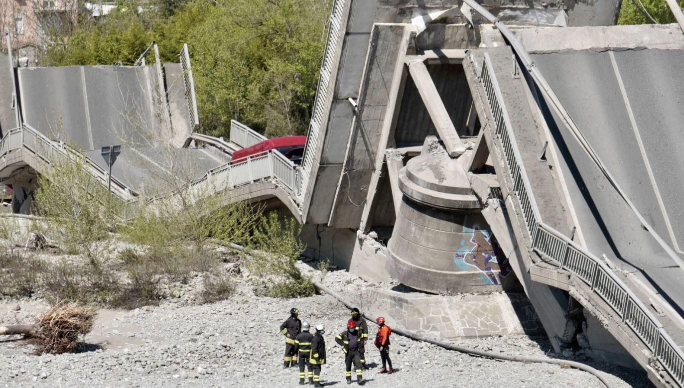 Wraz z mostem, do rzeki wpadły dwa samochody (fot. PAP/ EPA/Riccardo Dalle Luche)