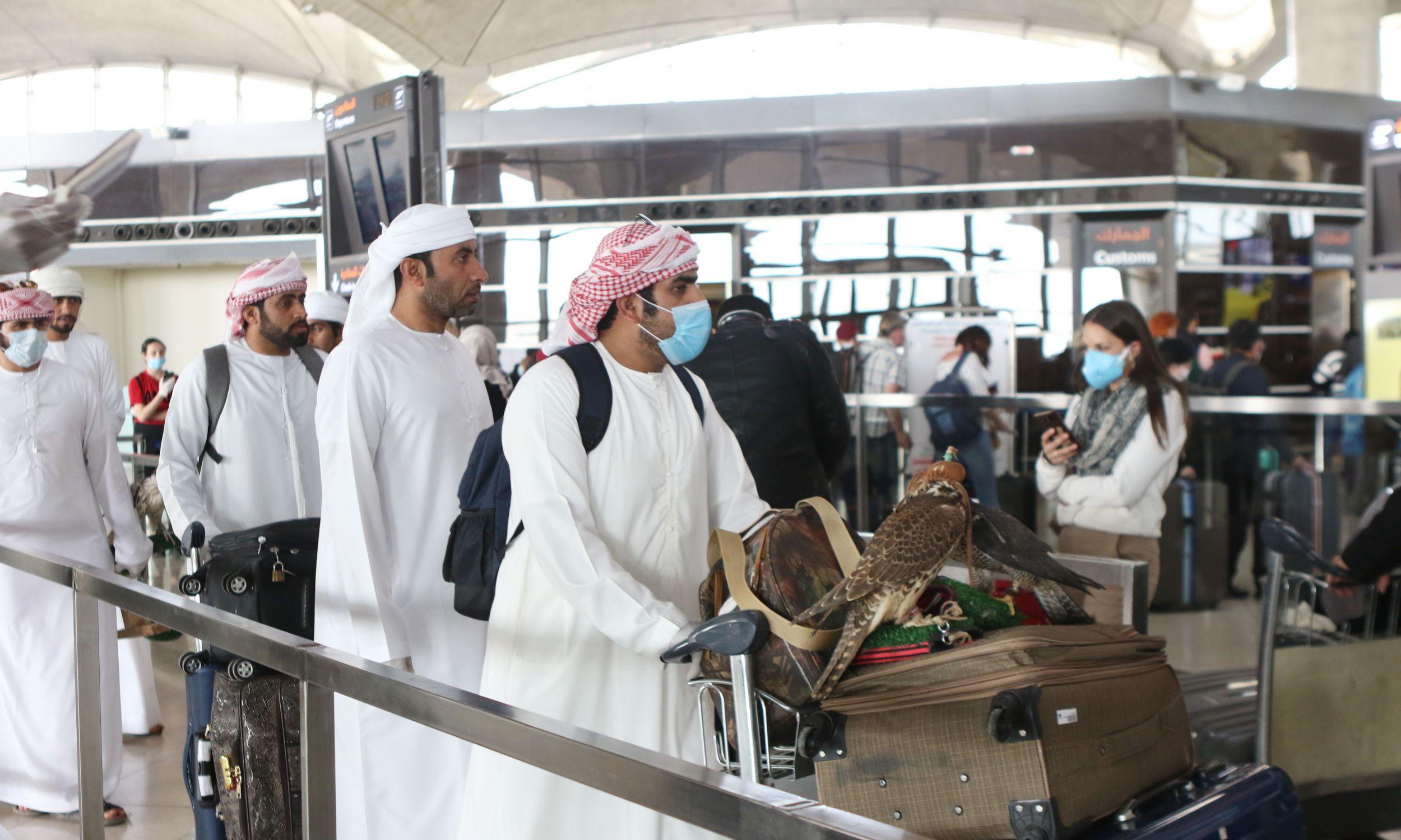 Katarczycy wracają do kraju z polowania na pustyni, wraz z setkami innych pasażerów odprawiających się na lotnisku Queen Alia w Ammanie, w ostatnich godzinach przed zamknięciem jordańskiej granicy z powodu zagrożenia koronawirusem. 16 marca 2020. Fot. Jordan Pix/Getty Images