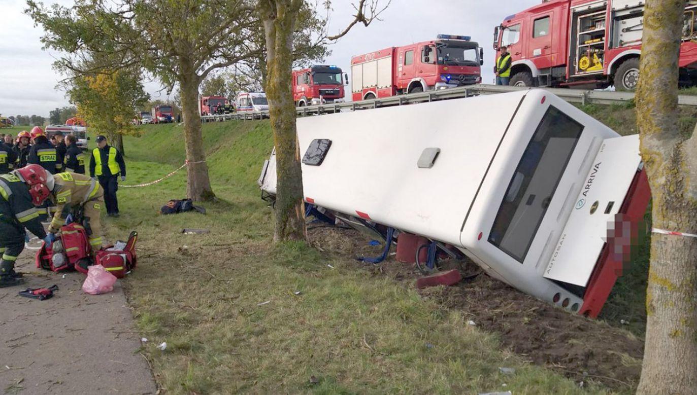 Rejsowy autobus wiozący dzieci i młodzież do szkoły zderzył się z samochodem osobowym i wjechał do rowu  (fot. KWP_Olsztyn)