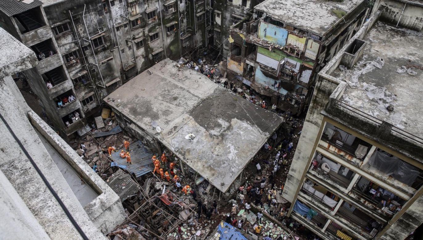 Ratownicy wydobyli z gruzów co najmniej 11 osób, w tym jedno dziecko, które przewieziono szybko do pobliskiego szpitala (fot. PAP/EPA/DIVYAKANT SOLANKI)