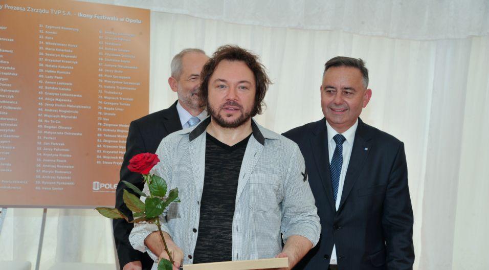 Mieczysław Szcześniak z jubileuszową nagrodą (fot. Ireneusz Sobieszczuk/TVP)