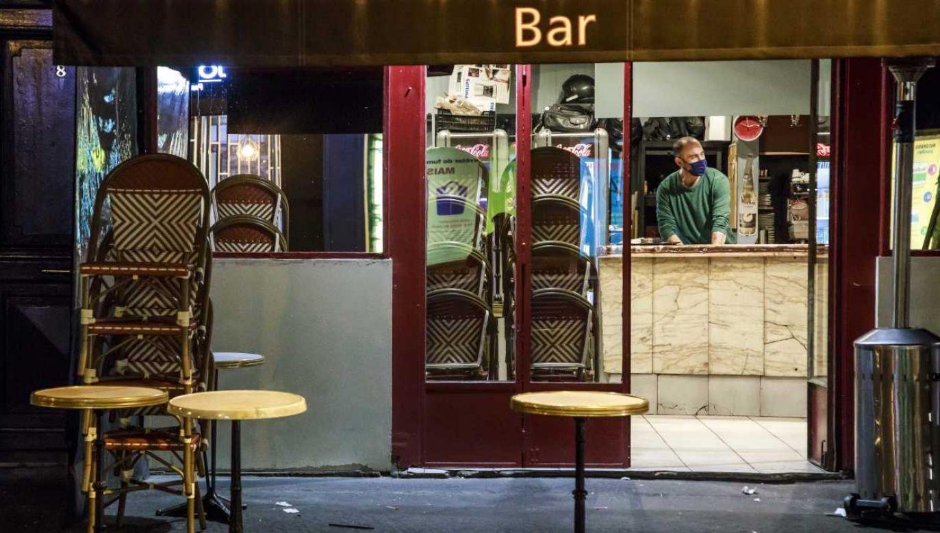 Bary i restauracje mają być zamykane do godziny 22 (fot. PAP/EPA/CHRISTOPHE PETIT TESSON)