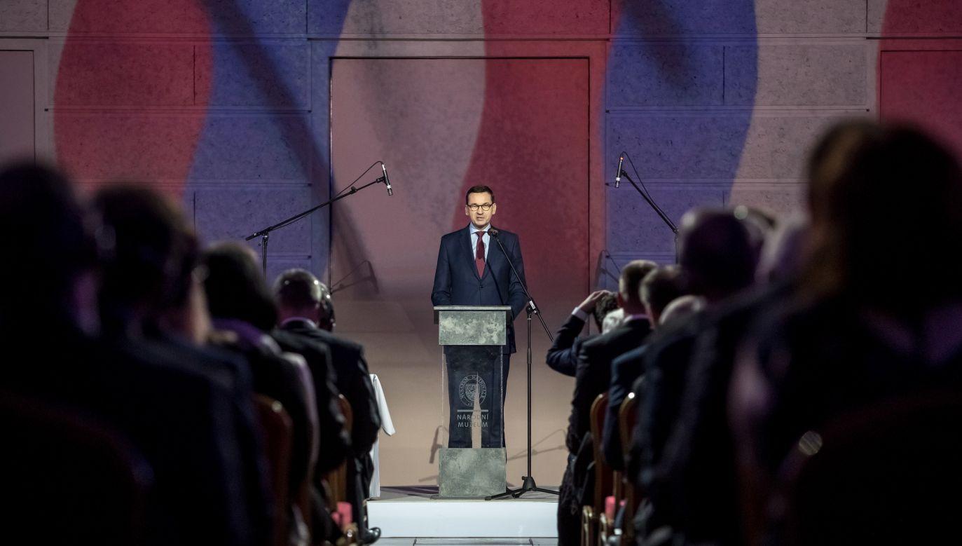 Premier Morawiecki przemawia w czasie uroczystości w Muzeum Narodowym w Pradze (fot. PAP/EPA/MARTIN DIVISEK)
